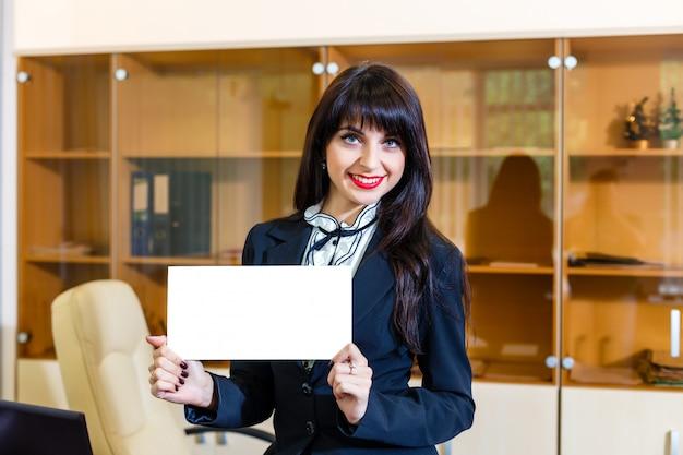 オフィスで空のカードと幸せな女