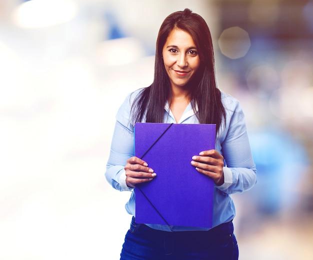 Felice donna con una cartella