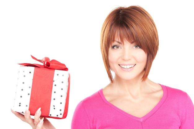 흰 벽에 선물 상자와 함께 행복 한 여자