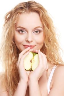 青リンゴは、白い背景で隔離の幸せな女