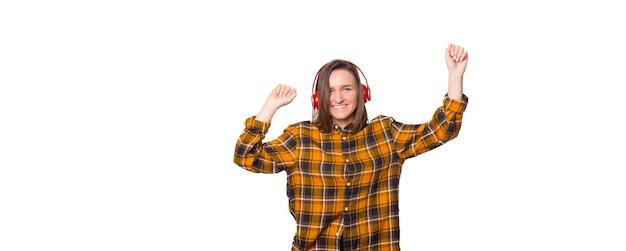 楽しく踊るヘッドフォンで幸せな女性