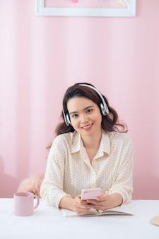 音楽を聴いてヘッドフォンで幸せな女性