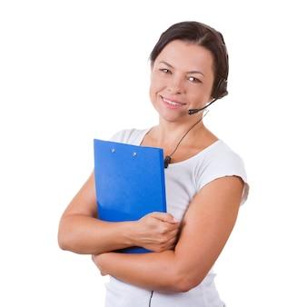 Счастливая женщина с гарнитурой, работающая в буфере обмена callcenter на белом фоне