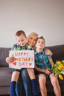 母の日に子供と一緒にいる幸せな女性