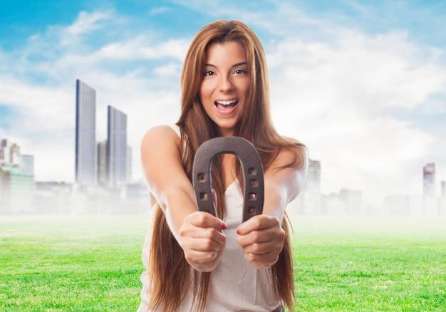 Счастливая женщина с подковы над городской пейзаж