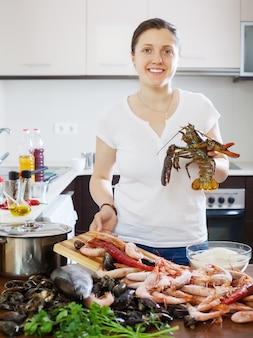 Счастливая женщина с омаром