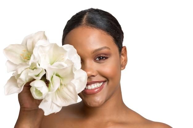 Счастливая женщина с макияжем и цветами