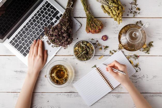 Счастливая женщина с лекарственными травами заваривать травяной чай