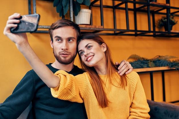 카페 인테리어 룸 꽃 화분 스탠드에 테이블에 손에 휴대 전화와 함께 행복 한 여자