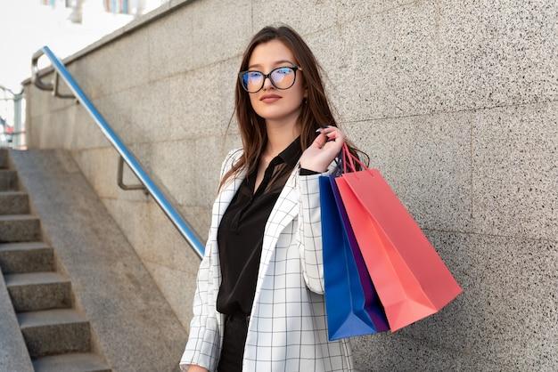 멀티 가방 행복 한 여자는 쇼핑을 즐기고있다.