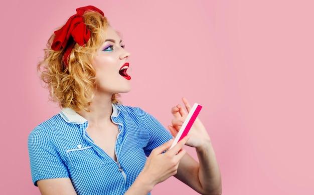 손톱 파일을 가진 행복한 여자 매니큐어 도구 손톱 관리 매니큐어를하는 아름다운 소녀 미용실