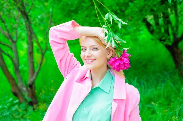 Счастливая женщина с розовым цветком пиона красивая девушка с цветком романтическая девушка держит пион