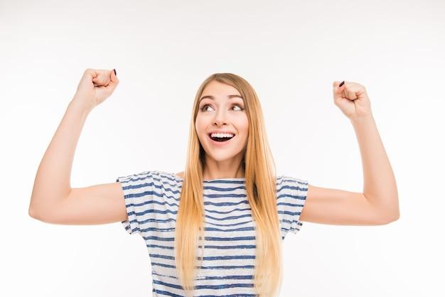 Счастливая женщина с поднятыми кулаками