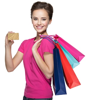 Счастливая женщина с хозяйственными сумками и кредитной картой
