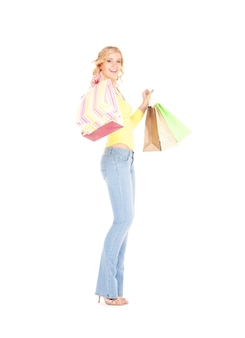 흰 벽에 쇼핑백과 행복 한 여자