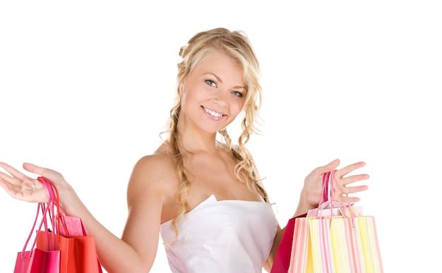 白の上の買い物袋と幸せな女性