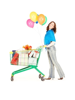 Счастливая женщина с корзиной и воздушными шарами над белой