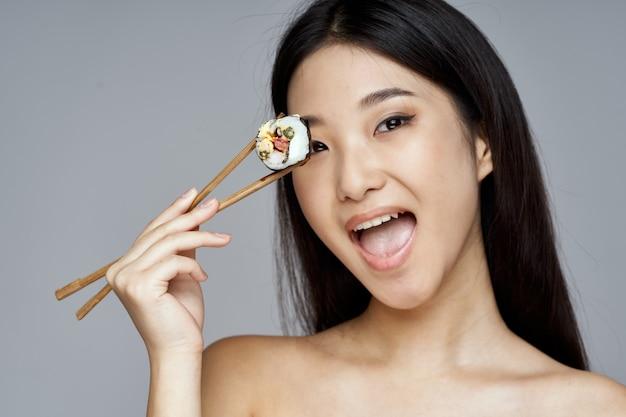 日本の木の棒で寿司と幸せな女