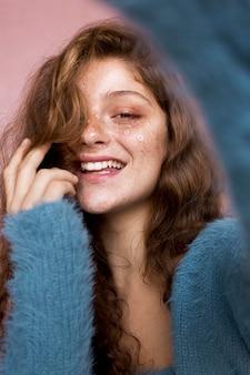 그녀의 얼굴에 흰 꽃과 함께 행복 한 여자