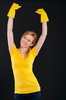 노란색 보호 장갑으로 행복 한 여자
