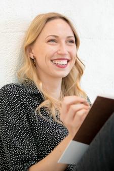 日記を書く幸せな女性