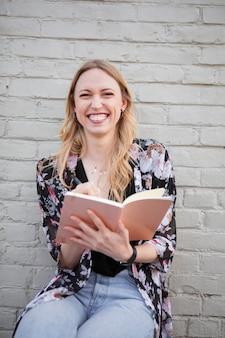 ジャーナルを書く幸せな女性
