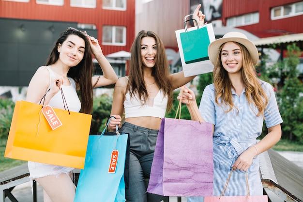 買い物後の幸せな女性