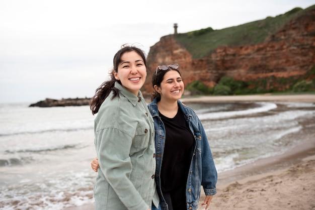海辺のミディアムショットで幸せな女性
