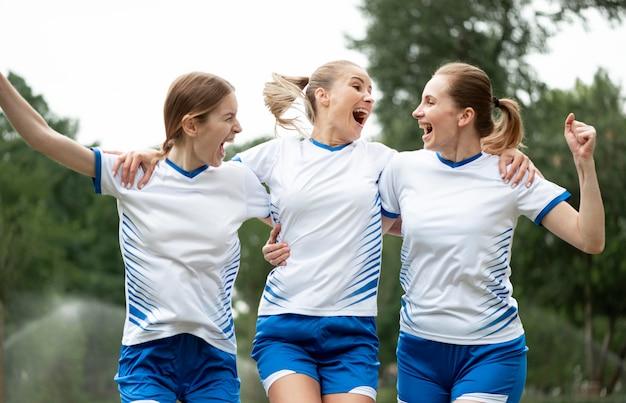 勝利を表現する幸せな女性