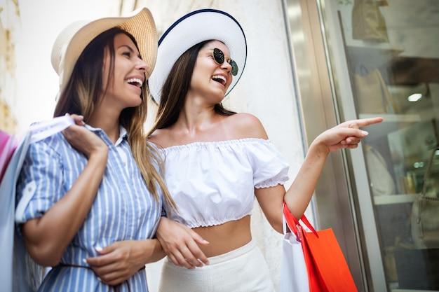 幸せな女性の友人の買い物や休暇旅行