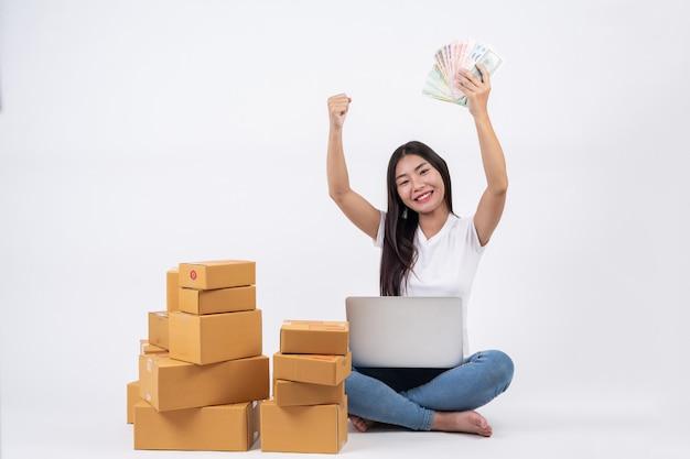 Счастливые женщины заказывают товары у клиентов, владельцев бизнеса, которые работают дома на белом фоне