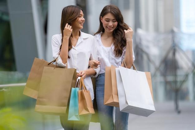 ショッピングバッグを持って幸せな女性