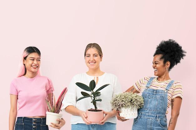 화분에 심은 관엽 식물을 들고 행복한 여성 식물 애호가