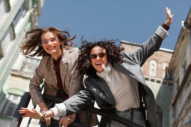 Счастливые женщины позируют вместе