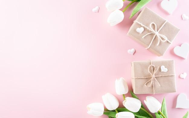 Счастливый женский день концепция, красивые тюльпаны, подарочная коробка с сердцем на пастели