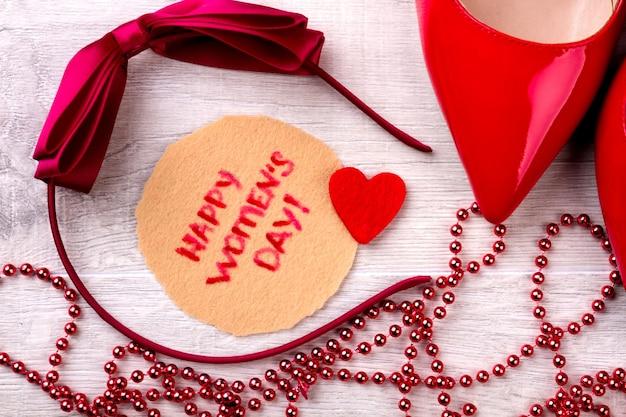 幸せな女性の日の挨拶の構成。ボウヘアバンドとカード。あなたの女性を驚かせてください。素敵なプレゼントを作ります。