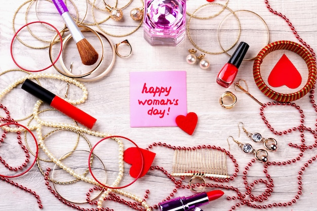 幸せな女性の日ピンクのカード。ジュエリーや化粧品。あなたのスタイルを完成させてください。細部までシック。