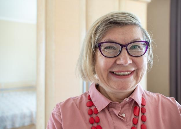 행복 한 여자 수석 회색 머리 여자 중년 미소 안경 긍정적 인 연금을 착용하는 노인