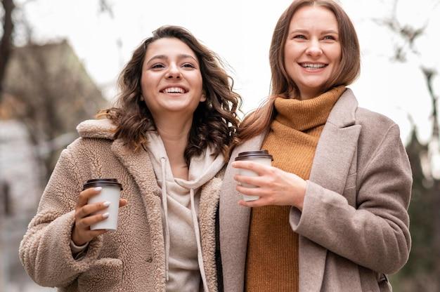 一緒に屋外を歩く幸せな女性