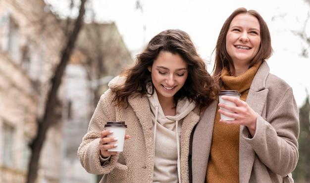 屋外を歩く幸せな女性