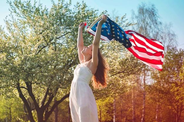 アメリカの国旗usaと幸せな女性が7月4日を祝う
