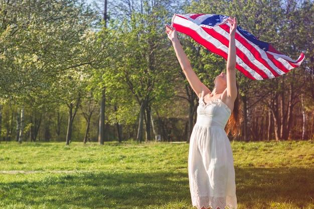 Счастливые женщины с американским флагом сша празднуют 4 июля