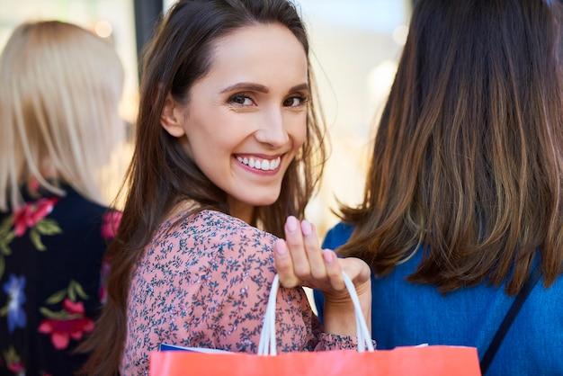 쇼핑백을 든 행복한 여성