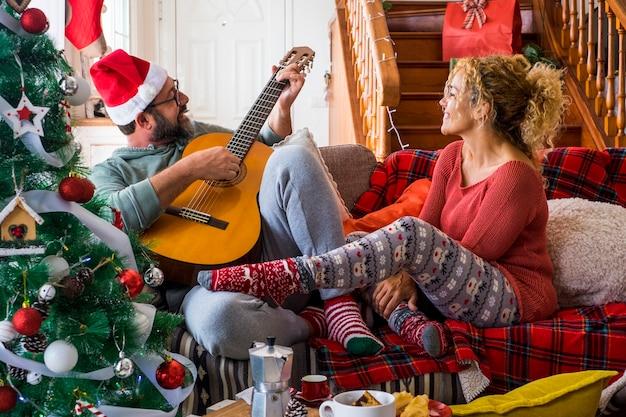 집에서 행복 한 젊은 성인 커플 즐기고 함께 크리스마스 이브를 축하하고 재미와 사랑