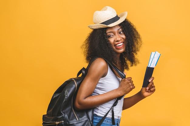 Счастливая молодая афро-американская черная женщина с авиабилетами