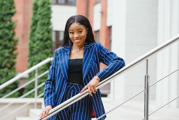 도시에서 행복 한 젊은 아프리카계 미국인 사업가