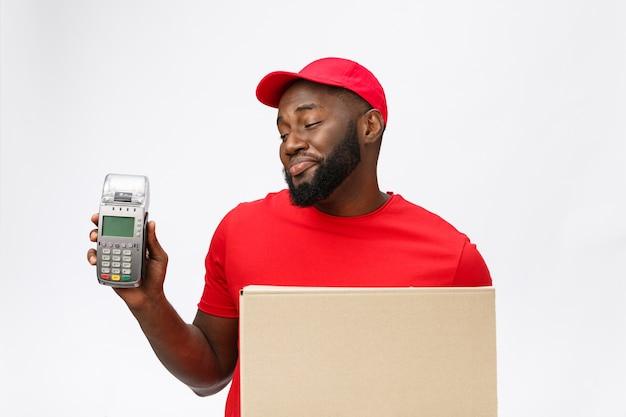 전자 카드 지불 기계 및 배달 제품을 들고 행복 젊은 아프리카 계 미국인 배달 남자.