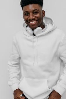 白いパーカーを着て幸せな若いアフリカ系アメリカ人の男
