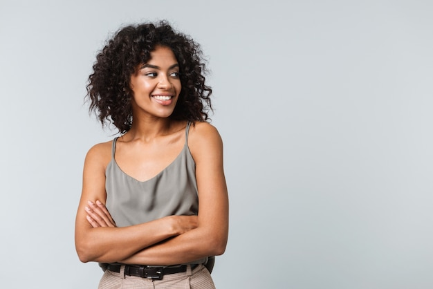 행복 한 젊은 아프리카 여자 부담없이 고립 된 서 옷을 입고, 팔 접혀