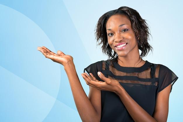 提示する幸せな若いアフリカ人女性